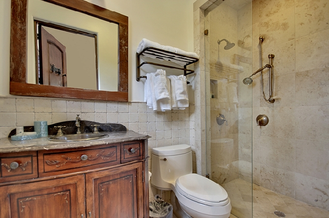 2nd Floor Queen Bathroom 2